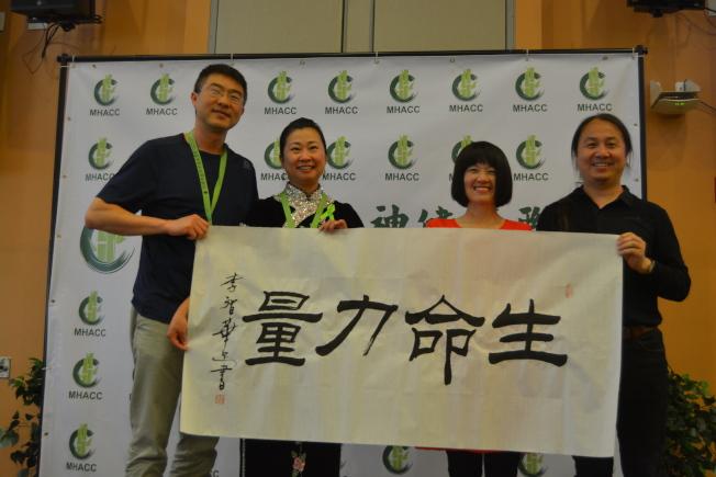 一場活動上,李智華(右二)、及其先生呂世成(右一)和美國華裔精神健康聯盟理事長彭一玲(左二)贈送她的書法作品給現場觀眾。(記者劉先進/攝影)