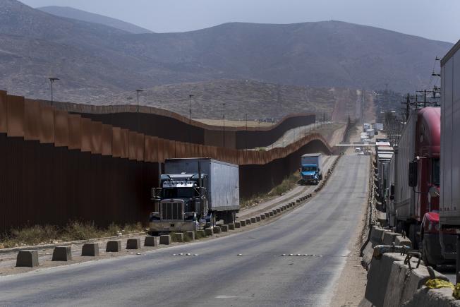 川普總統主張築牆來阻擋無證移民,圖為墨西哥提璜納段的美加邊牆。(美聯社)