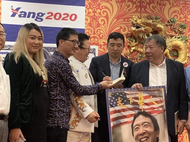 楊安澤(右二)與華裔支持者合照。(記者牟蘭/攝影)