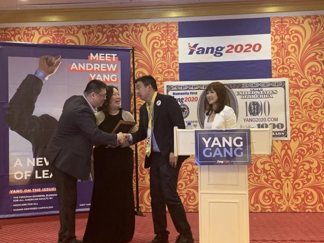 楊安澤(右二)接受華裔支持者致送獎狀。(記者牟蘭/攝影)