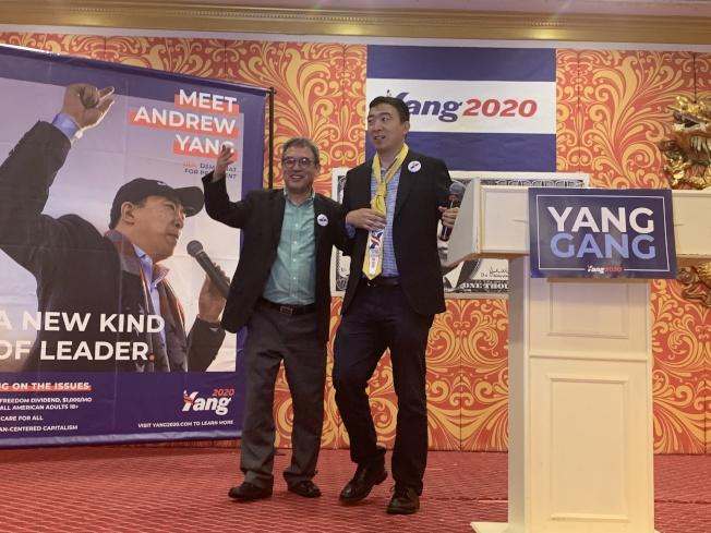 楊安澤(右)接受華裔支持者送上的特製領帶。(記者牟蘭/攝影)