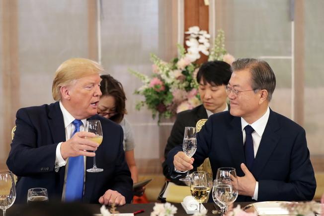 大阪G20峰會結束後,川普順道訪問首爾,和南韓總統文在寅(右)會談。(歐新社)  SOUTH KOREA USA DIPLOMACY:US President Donald J. Trump visits South Korea epa07682758 A handout photo made available by the  South Korean presidential office shows US President Donald J. Trump (L) and South Korean President Moon Jae-in (R) attend a welcome dinner at the presidential office Cheong Wa Dae in Seoul, South Korea, 29 June 2019. The US leader arrived earlier in the day on a two-day visit that will include a summit with South Korean President Moon and a possible trip to the Demilitarized Zone (DMZ) that divides the two Koreas.  EPA-EFE/SOUTH KOREAN PRESIDENTIAL OFFICE / HANDOUT  HANDOUT EDITORIAL USE ONLY/NO SALES