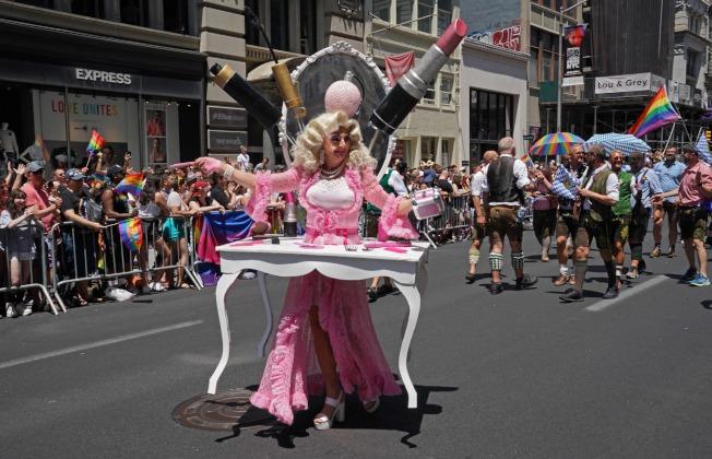 紐約市同志大遊行,紀念「石牆暴動」50周年,參與者都費盡心思裝扮。(Getty Images)