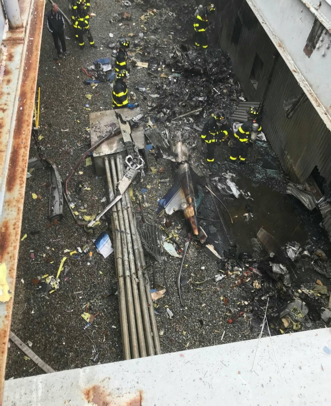 屋頂的直升機殘骸。(紐約市消防局提供)
