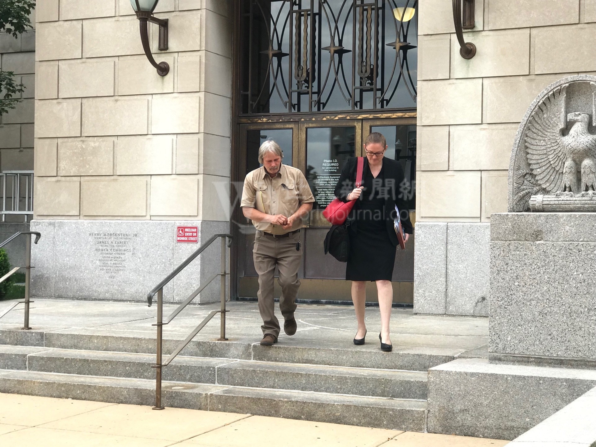 圖為被告克里斯汀森的父親(左)14日步出法院。特派員黃惠玲╱攝影