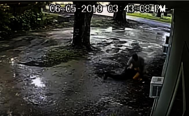 休士頓警局日前公布一段視頻,一名涉嫌暴力搶劫歹徒不停痛毆老人,將他打暈並搶奪錢包後逃逸(休士頓警局提供)