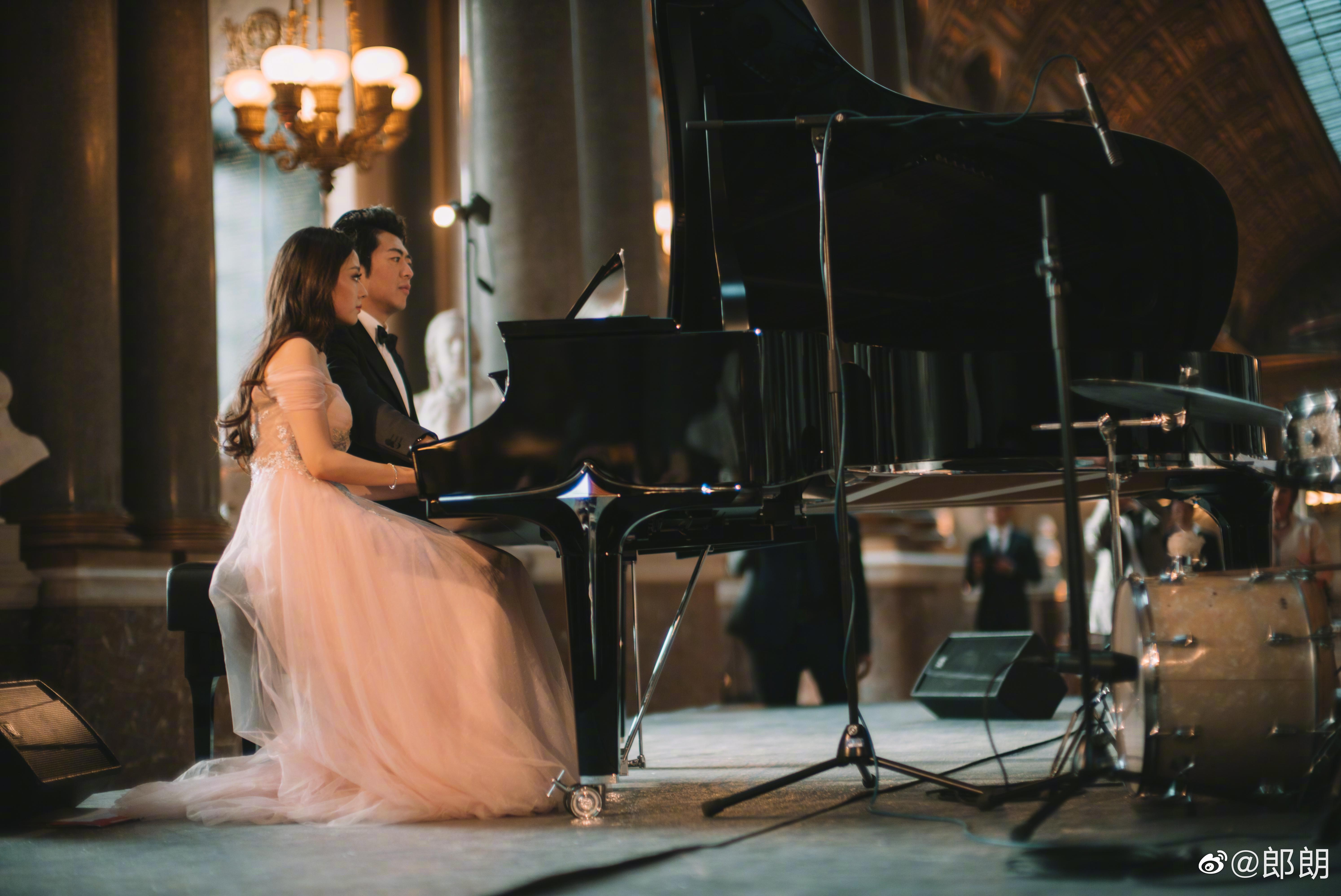 郎朗與愛麗絲即興彈奏。(取自郎朗微博)