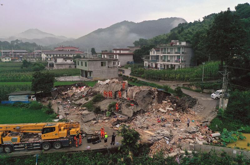 四川省宜賓市長寧縣17日深夜發生規模6.0地震。圖為救援人員在倒塌的建築瓦礫中找尋受困民眾。美聯社