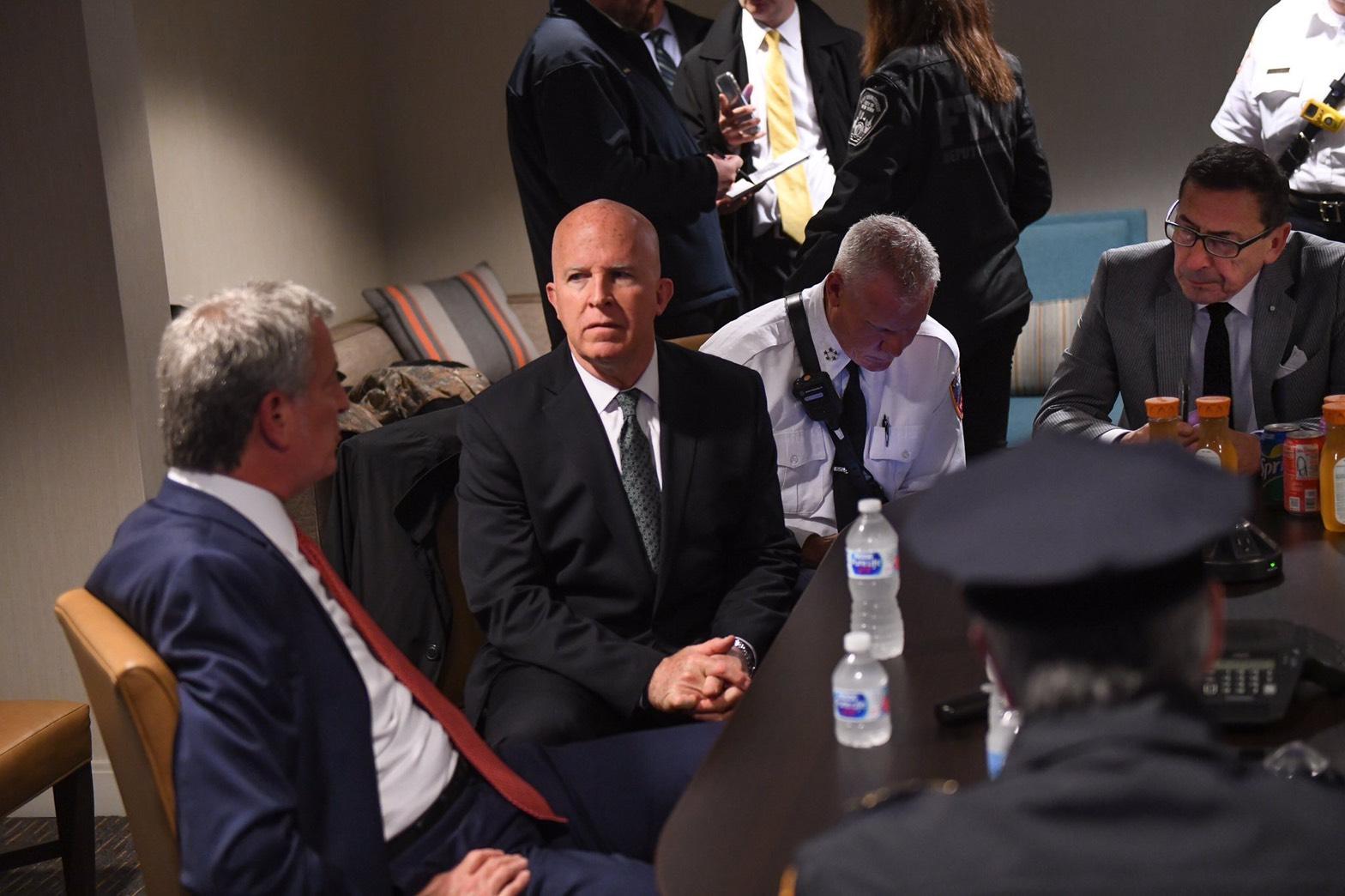 紐約市長白思豪和市警總局局長歐尼爾在了解情況。(取自白思豪推特)