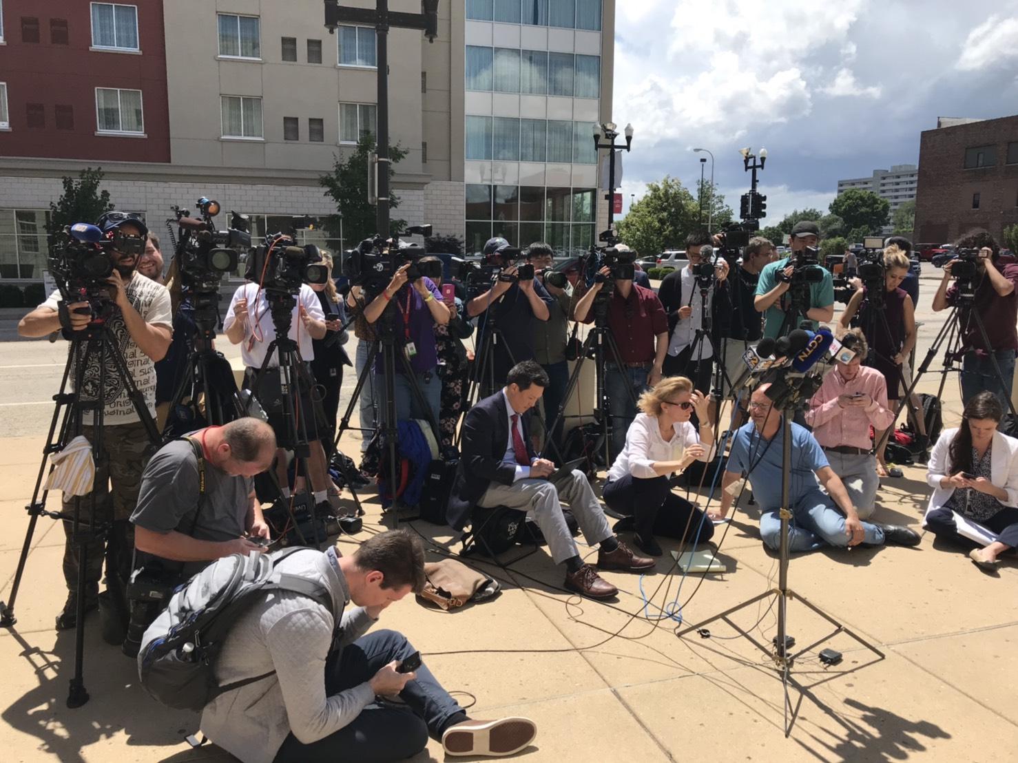 大批媒體守在法院外採訪章瑩穎案。記者黃惠玲/攝影