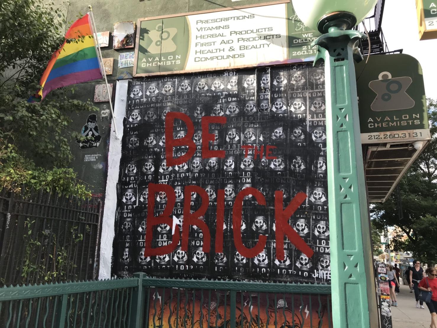 曼哈頓下東城一幅支持同志運動的壁畫,寫著「成為其中一塊磚」(指同志運動起源「石牆」事件)。(記者王若馨/攝影)