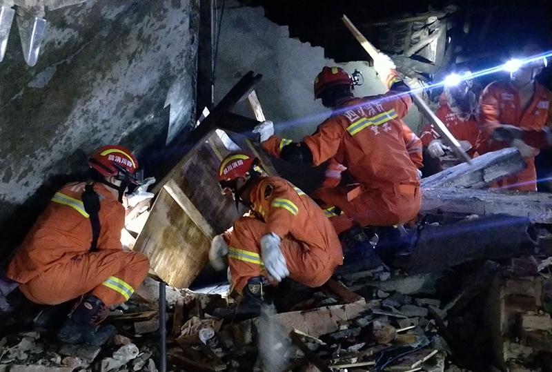 四川省宜賓市長寧縣17日深夜發生規模6.0地震。圖為救援人員找尋受困民眾。Getty Images