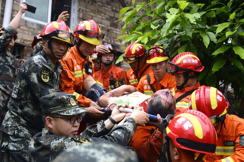 四川省宜賓市長寧縣17日深夜發生規模6.0地震。圖為一名傷者被救援人員抬出。Getty Images