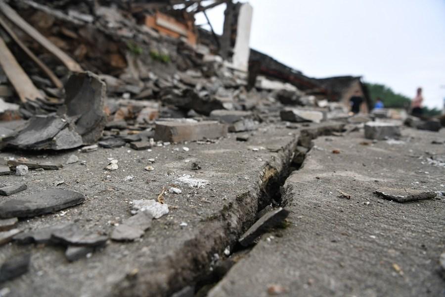 中國四川省宜賓市長寧縣17日深夜發生規模6.0強震,路面出現長長裂縫。中新社