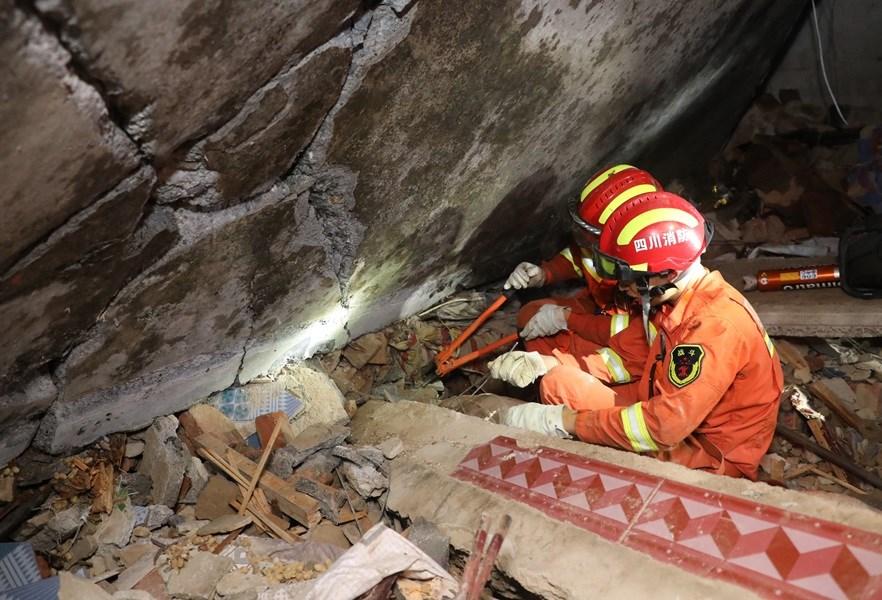 救難人員在雙河鎮葡萄村搜救。中新社