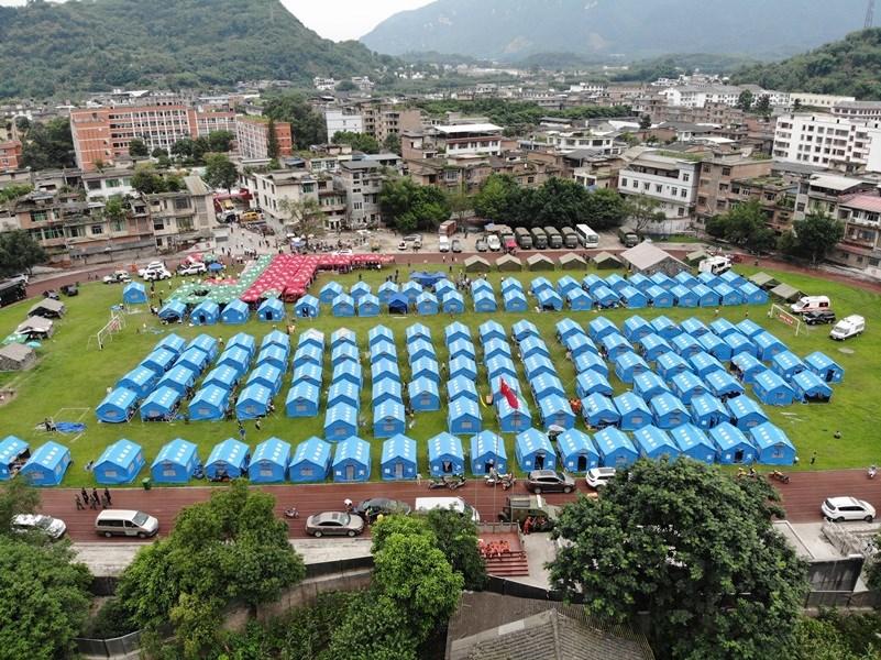 雙河中學操場內設立災民帳篷。中新社