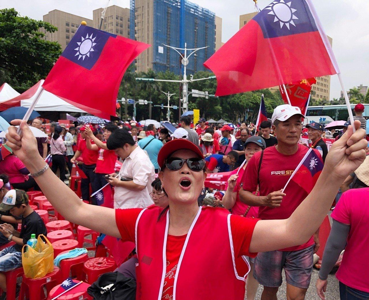 挺韓團體今下午在總統府前凱道舉辦「庶民總統團結台灣、決戰二○二○贏回台灣」挺韓造勢大會,中午時凱道已湧入大批支持者,有人揮舞國旗高呼「韓國瑜選總統」,現場氣氛相當熱絡。記者王騰毅/攝影