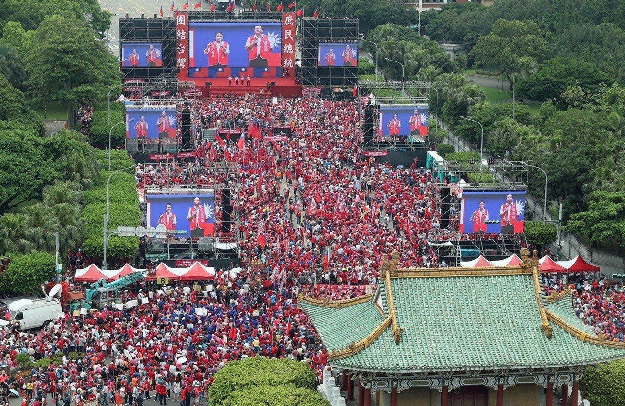 挺韓團體下午在總統府前凱道舉辦「庶民總統團結台灣、決戰二○二○贏回台灣」挺韓造勢大會,下午主辦單位宣布現場湧進12萬人,氣氛相當熱絡。記者曾吉松/攝影