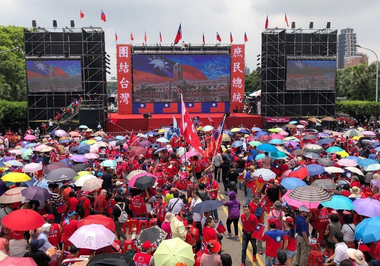 挺韓團體今下午在總統府前凱道舉辦「庶民總統團結台灣、決戰二○二○贏回台灣」挺韓造勢大會,中午時凱道已湧入大批支持者,剛主辦單位宣布破15萬人。記者王騰毅/攝影