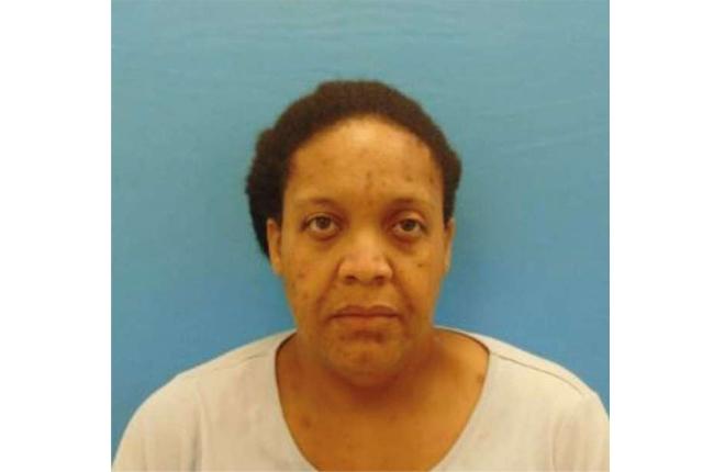 德莉莎克雷頓(Delissa Crayton)涉嫌令女兒與副屍骨同處一屋內三年,遭警方逮捕。(Sequin Police Department)