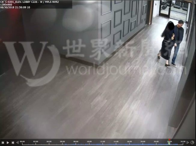 明州警方24日公布的照片,當事者兩人進入女生公寓房間。(明尼亞波利斯警察局提供)