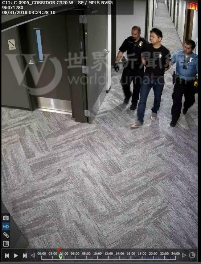 警方在女學生公寓將劉強東帶走情形。(明尼亞波利斯警察局提供)