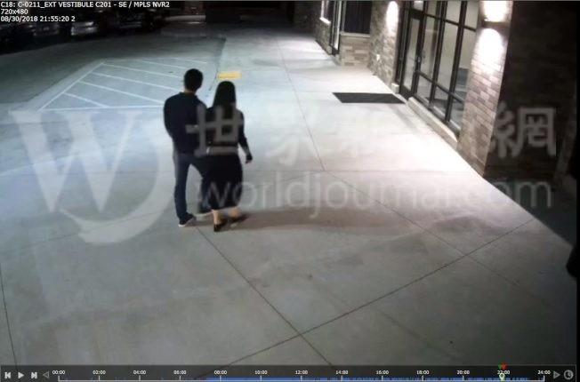 明州警方24日公布的照片,顯示當事者兩人進入公寓前手挽著手。(明尼亞波利斯警察局提供)