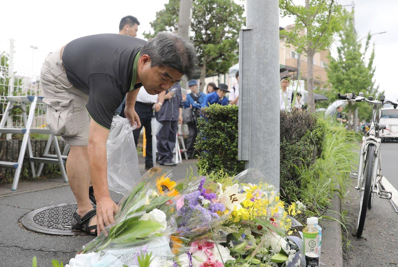 許多民眾19日到京都動畫公司外獻上花束,哀悼死於18日縱火案的動畫師。新華社