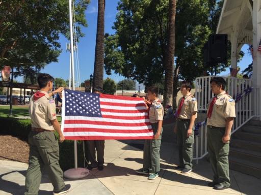 來自蒙特利公園市的男童軍升起了美國國旗(記者楊青/攝影)