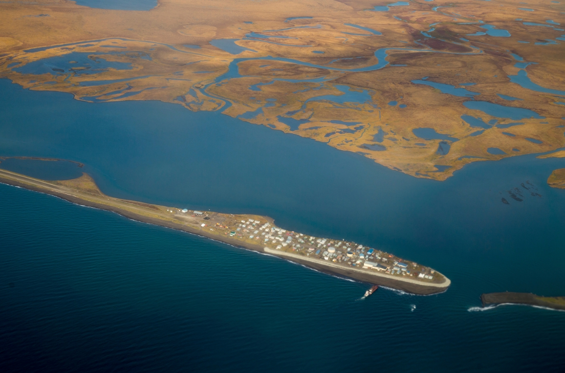 圖為阿拉斯加州北方一處原住民居住的小島,附近海域的結冰今年提前融化。(美聯社)