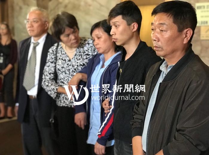 章瑩穎的父親(由右至左)、弟弟與媽媽聆聽完判決後無語。特派員黃惠玲/攝影
