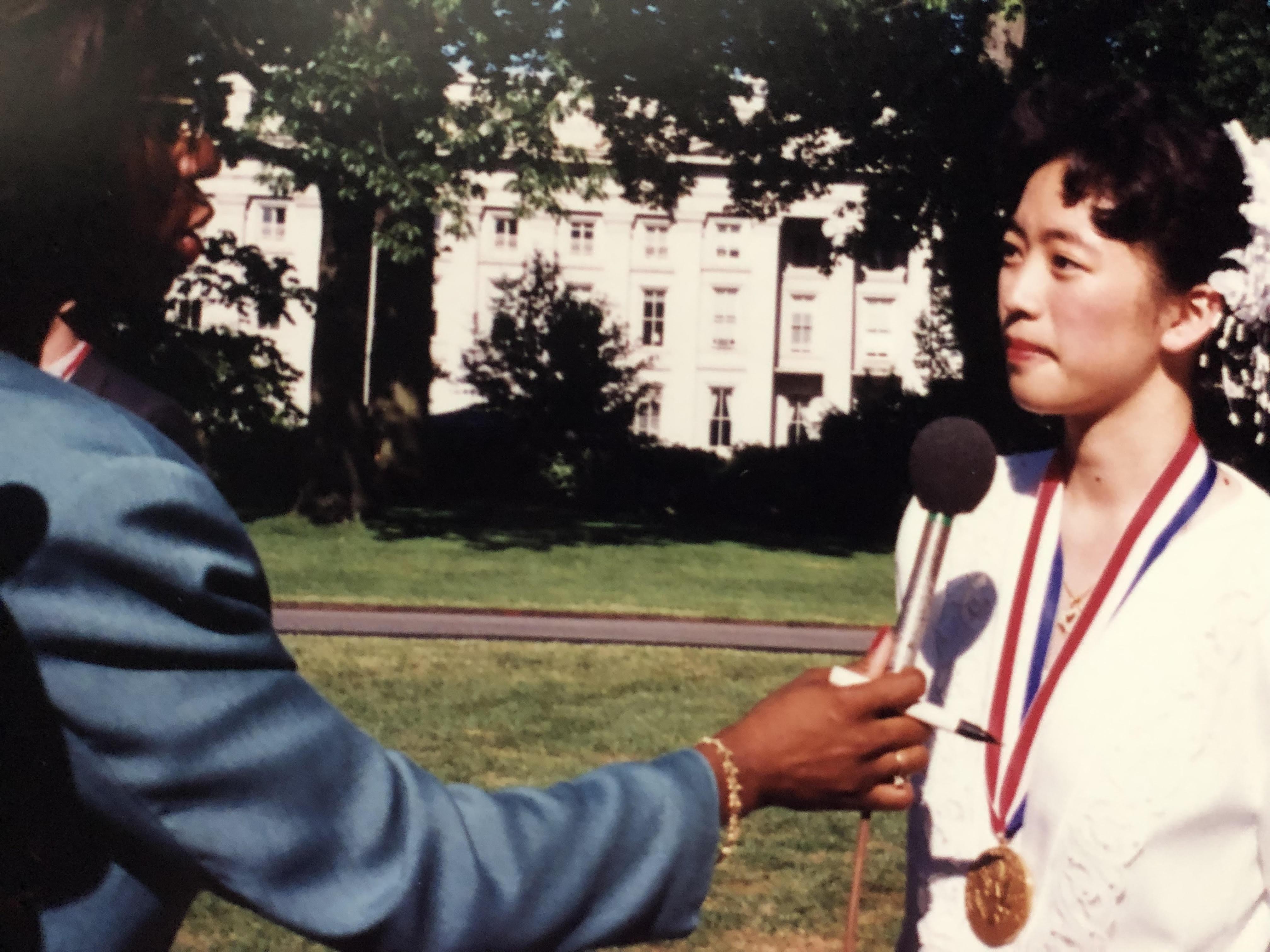 老大1993得美國總統學者獎接受美國電視台訪問。(家人提供)