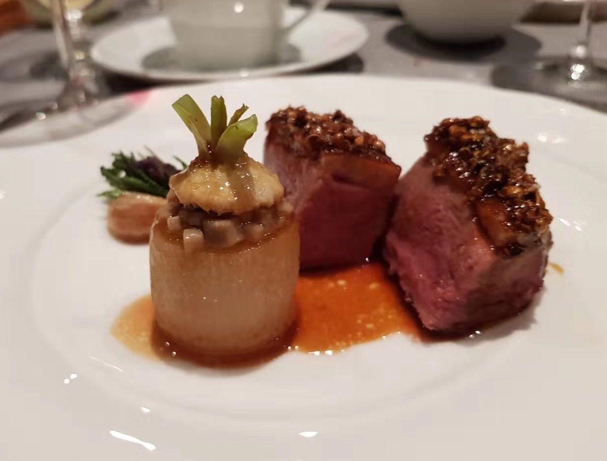 菜品:鴨胸肉,搭配香辣薰衣草、蜂蜜、蘿蔔和牛肝菌。(餐廳提供)