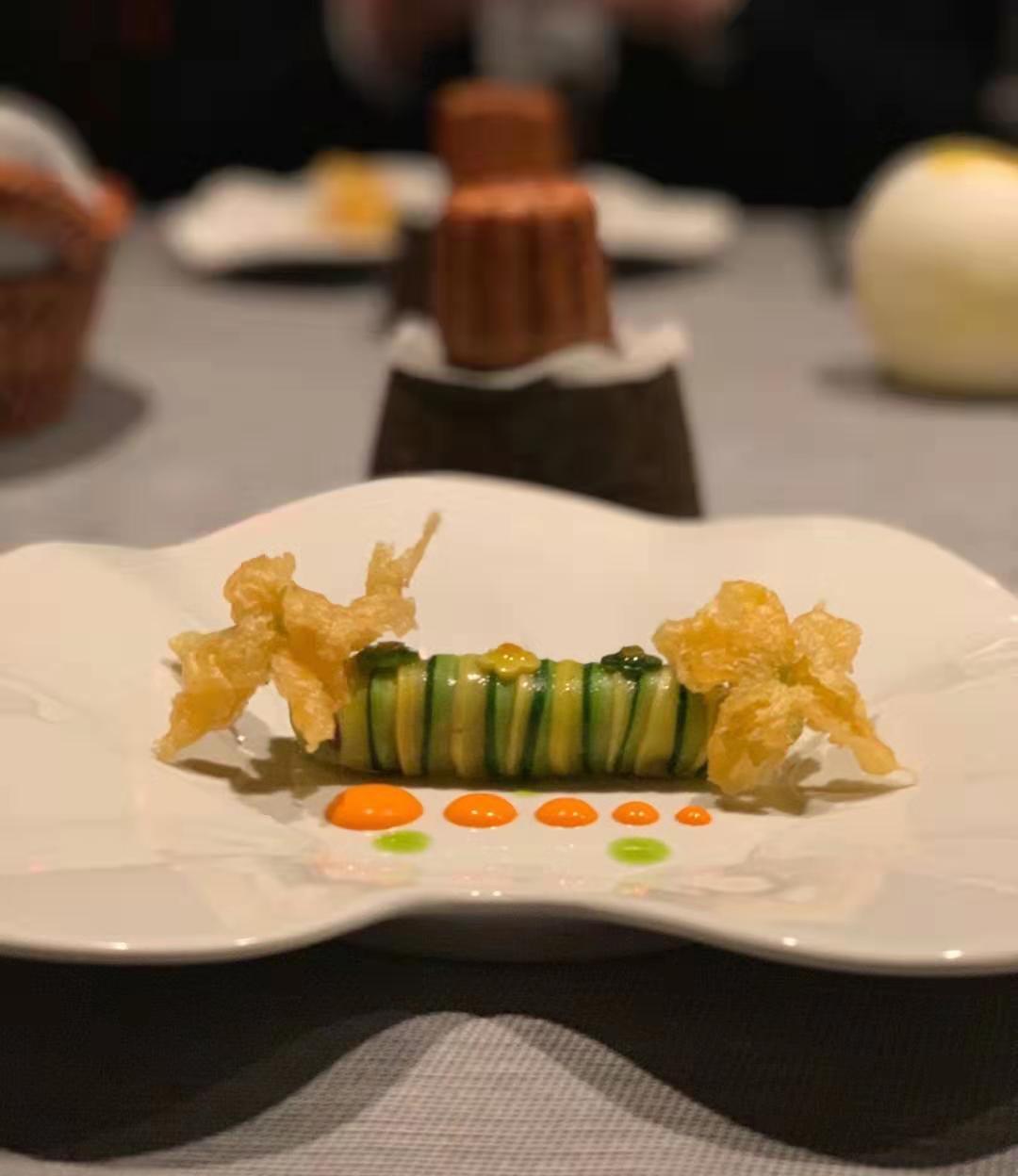 菜品:西葫蘆烤碎肉捲子,搭配南瓜籽,橄欖,天婦羅花。(餐廳提供)