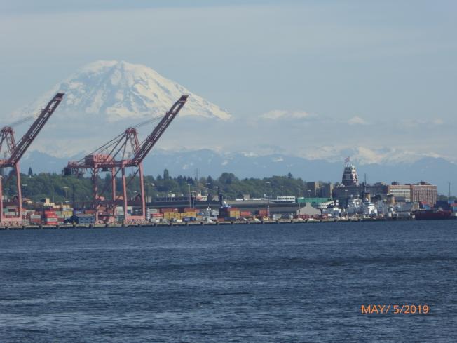 西雅圖港灣橘紅大塔吊與雷尼爾山雪景疊加,渾然天成的大作。