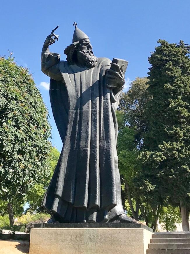 教皇寧斯基雕像。
