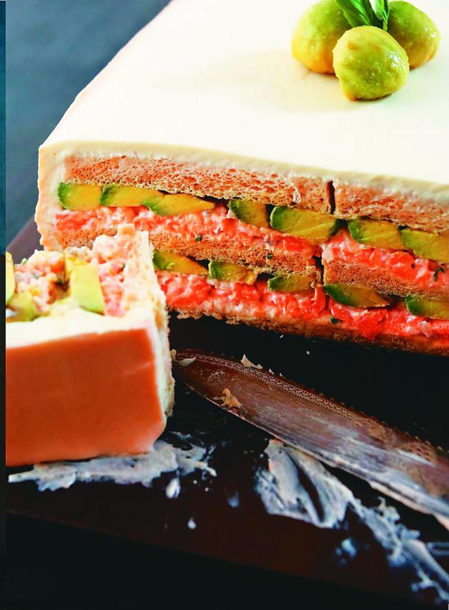 熏鮭塔塔醬&酪梨三明治蛋糕。(圖:臉譜出版提供)