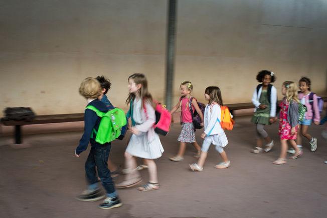 暑假搬家讓小朋友能有時間為上學的新環境預做調適。(Getty Images)