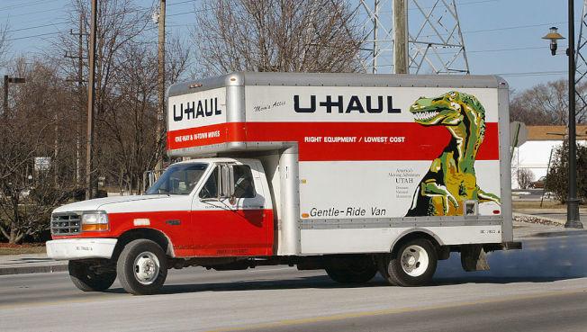 不少民眾租U-Haul卡車自行搬家。(Getty Images)