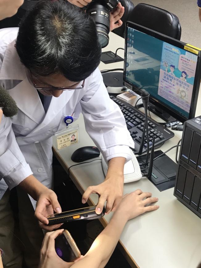 台大醫院皮膚科主治醫師詹智傑表示,該程式僅需將患者皮膚病灶處拍照後上傳到系統分析,幾秒內就可在手機上顯示判讀結果。(記者簡浩正/攝影)