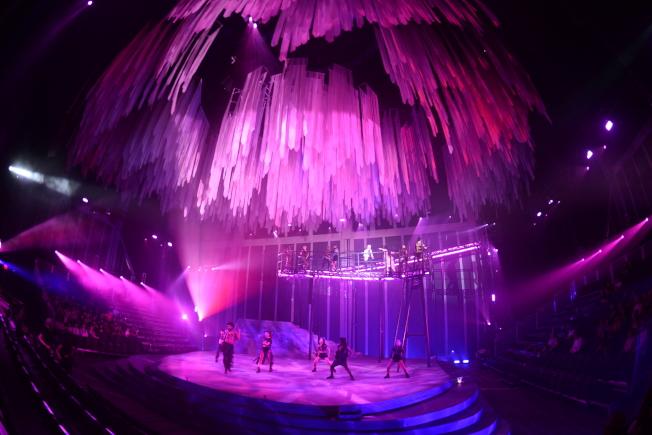 《龍泉鳳舞》舞台燈光是霓虹色調。(許振輝/攝影)