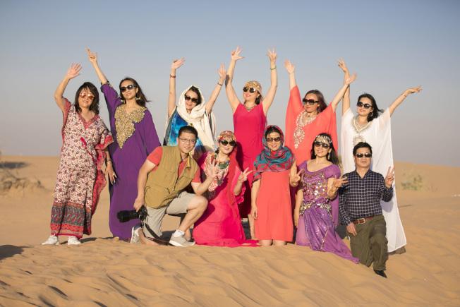 遊客們在沙漠中留影。(圖:Jerry王提供)
