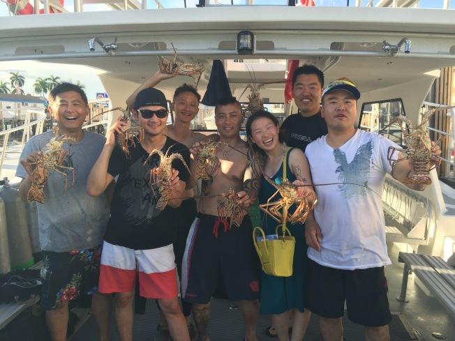 潛水抓到的大龍蝦。(圖:馮文靜提供)