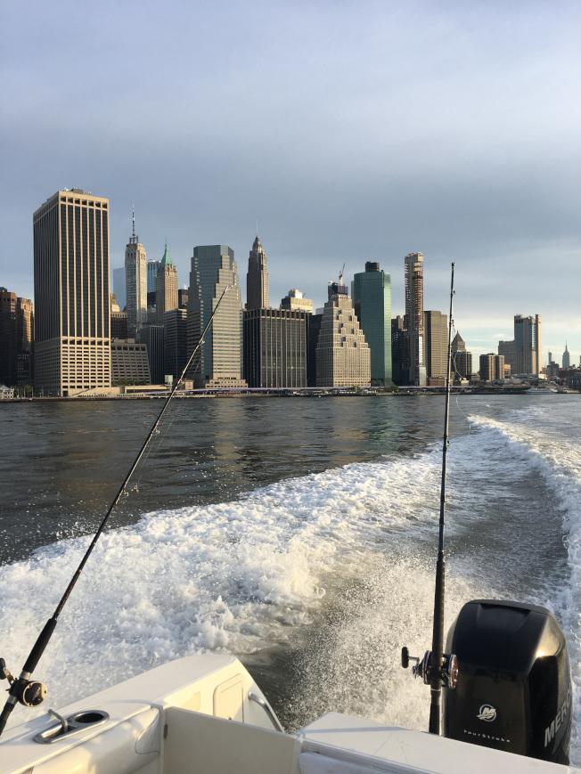 有的遊客要乘船觀看曼哈頓島。(圖:Peter袁提供)