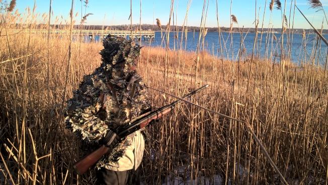 穿好偽裝衣,遊客準備打野鴨。(圖:木冬提供)
