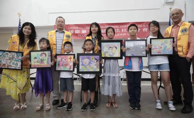 法拉盛獅子會日前以醫院為主題舉辦兒童繪畫比賽,請參賽者依照他們自身就醫經驗,創作作品;獲得第一名的是來自130小學六歲的John Chen,第二名為來自62Q中學的Sophia Qu,佳作獎獲得者分別為來自193小學11歲的Ryan Chen與七歲的Aaron Zhang、294中學的Chelsi Cai、Trinity學校的Daniel Shao以及六歲的Adele Chen。(圖:翁雅玲提供;文:記者牟蘭)