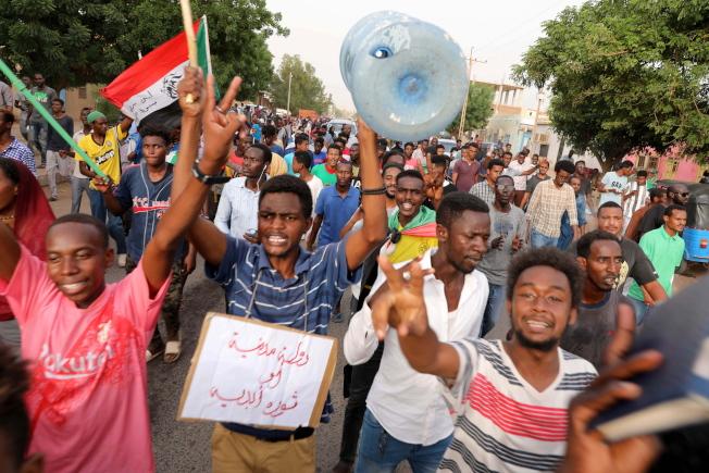數以萬計的蘇丹人30日進行大規模遊行示威,要求軍方把統治權交給文人。(歐新社)