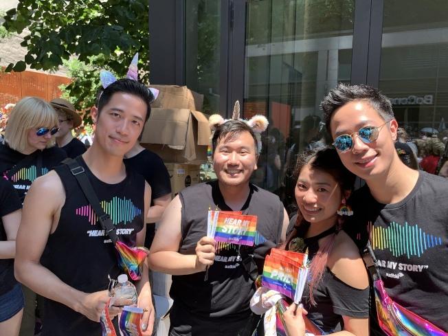 張力中(左一)第三次參加「同志自豪大遊行」。(記者和釗宇/攝影)