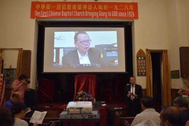 中華第一浸信教會播放張偉明(右)拍攝的紀錄片「我的奧德賽-穿越兩個世界的艱辛歷程」。(記者顏嘉瑩/攝影)