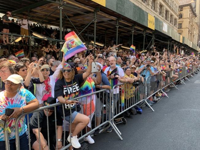 今年的遊行共有超過400萬人參與和觀看。(記者和釗宇/攝影)